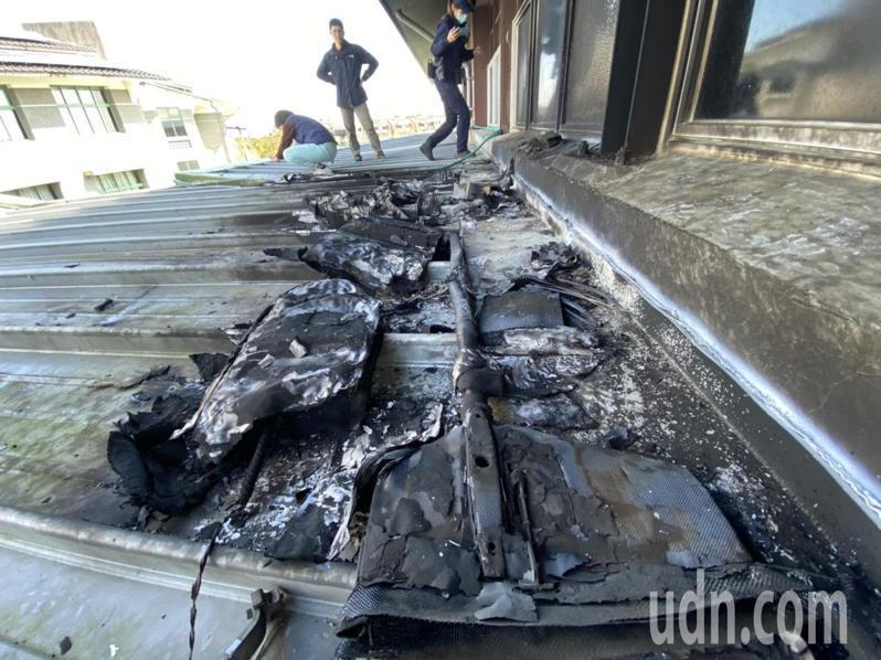 空拍機墜落宜蘭市凱旋國中樂活館,屋頂鐵皮被撞出一個洞。記者羅建旺/攝影