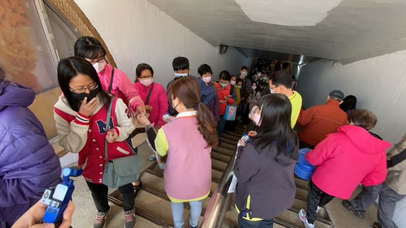 台南光南大批發今天上午發免費口罩,一早即出現人龍。記者鄭維真/攝影