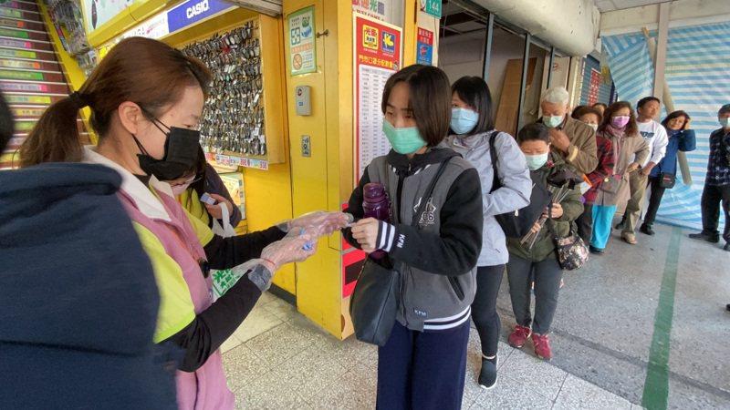 光南大批發今天上午發免費口罩,一早即出現人龍。記者鄭維真/攝影