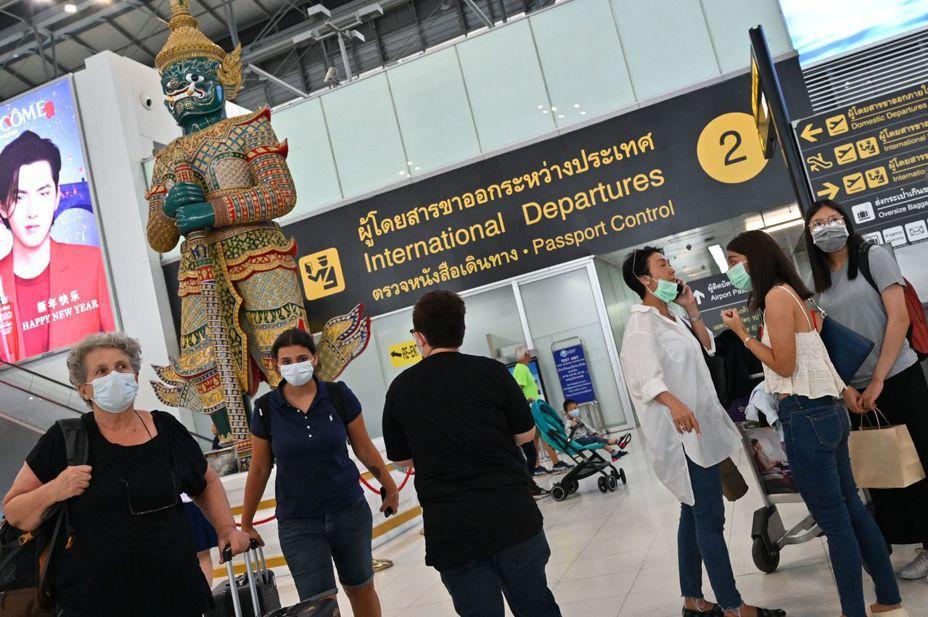 醫師表示,中國境內武漢肺炎疫情嚴峻,呼籲民眾減少出國,出國選擇直飛或盡量避開至高風險區轉機。圖為曼谷機場。法新社