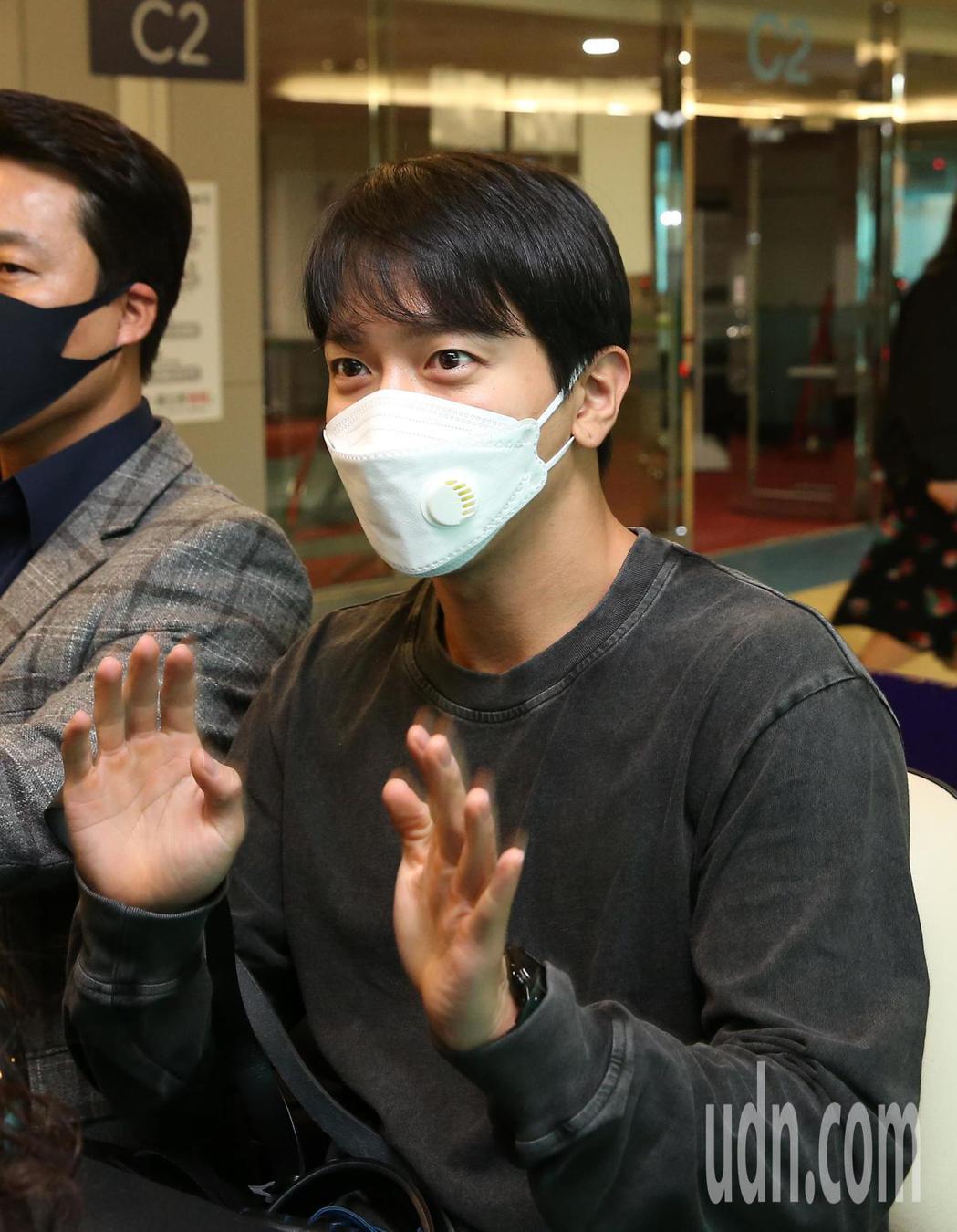 韓星鄭容和上午抵台,他揮手謝謝粉絲們相隨。記者鄭超文/攝影