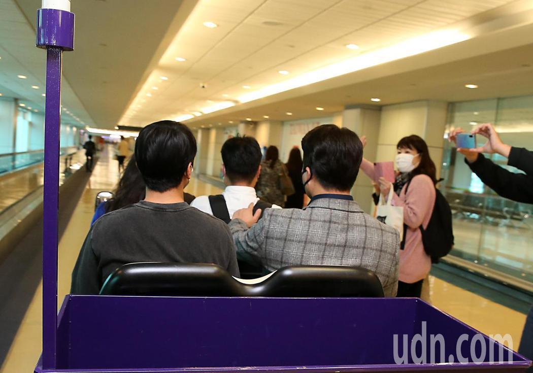 韓星鄭容和上午抵台,他搭乘商務中心的車輛離開時,粉絲們衝上前向他揮手。記者鄭超文...