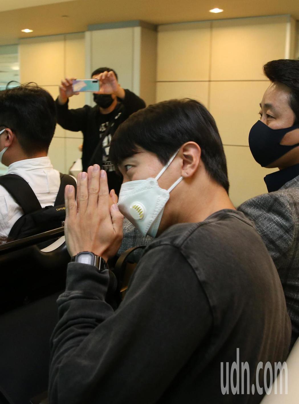 韓星鄭容和上午抵台,他雙手合十向粉絲們致意。記者鄭超文/攝影
