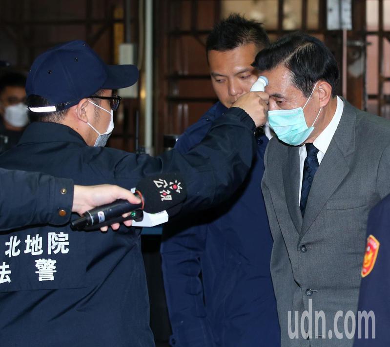 前總統馬英九(右)出庭全程戴口罩。記者林澔一/攝影