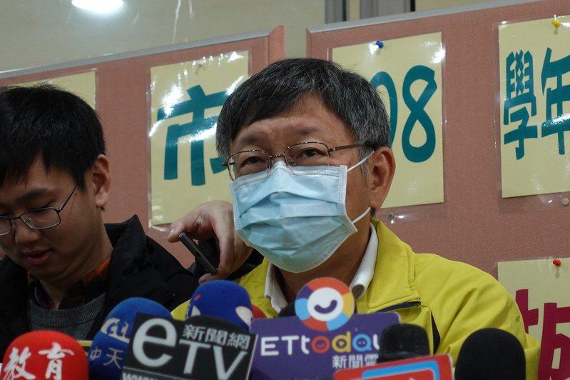 台北市長柯文哲今上午受訪時忍不住譏諷,自己就是醫師,你為什麼還要打他這個題目,「神經病」;自己看還有人講說,林楚茵你臉書上不是自己也戴口罩,奇怪。記者邱瓊玉/攝影