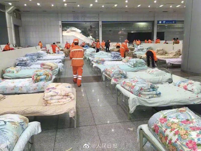 武漢為擴大收治患者建方艙醫院。人民日報