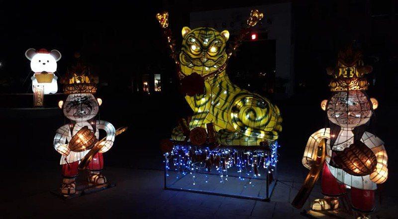 朴子市公所前布置美麗花燈,入夜點亮美麗,明晚元宵夜賞花燈。圖/取自朴子市公所臉書