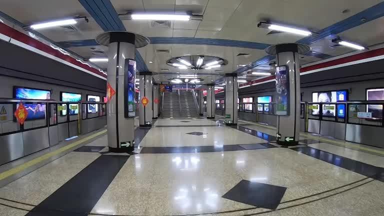 受到武漢肺炎疫情延燒影響,中國當局延長春節假期,首都北京完全不見過去的車水馬龍,曾有成千上萬人來來去去的地鐵站月台如今空蕩蕩。路透