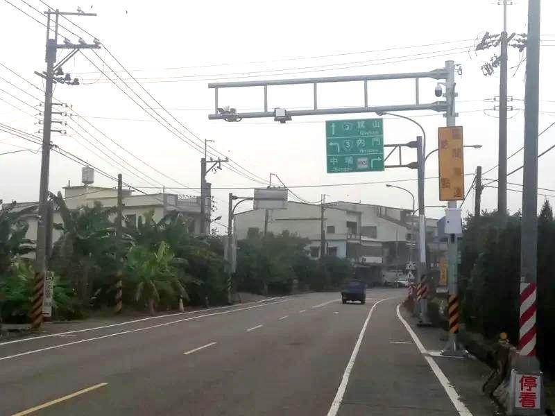 高雄市政府在內門區中埔頭路段設第二處區間測測速系統門架,3月上線執法,取締超速。...