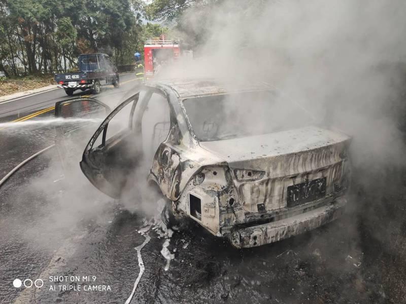 南投竹山下午發生一起小客車自撞火燒車意外,消大趕往撲救發現造成1死1傷意外,圖/南投消防局提供