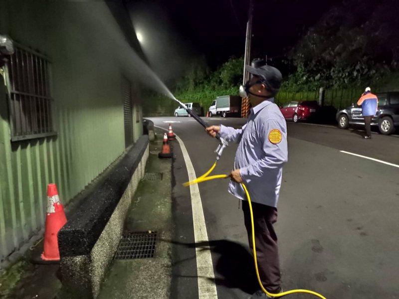 新北市環保局人員正在龜吼漁港等地消毒,卻無法確認感染武漢肺炎遊客是否曾經去過。圖/環保局提供