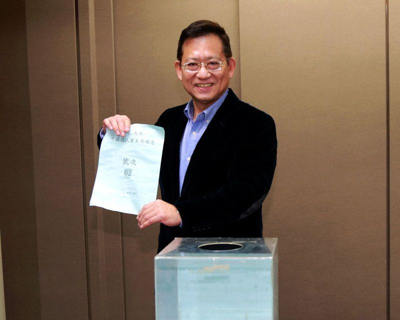 國民黨主席補選今天進行號次抽籤,前副主席郝龍委由前立委吳育昇代抽,最後抽中二號。圖:國民黨提供。