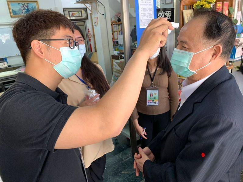 高雄市毒防局長阮清陽(右)視察毒防機構,也戴口罩接受工作人員量體溫。記者林保光/翻攝