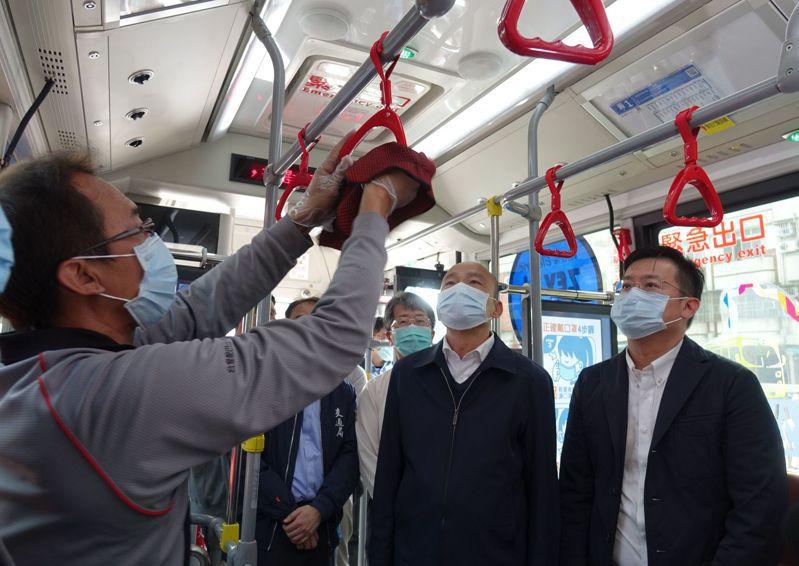 高雄市長韓國瑜(右二)表示,之所以戴口罩,因他高雄是一級防疫,他是指揮官,要起最起碼的示範作用。記者楊濡嘉/攝影
