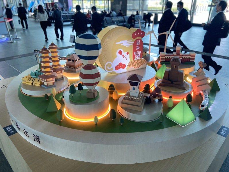 台灣高鐵特別於台中站大廳打造「搭高鐵.遊台灣光影音樂盒」互動裝置,邀請旅客體驗台灣在地美好。 圖/台灣高鐵公司提供