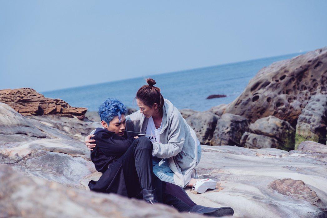 宋柏緯(左)在「墜愛」戲中,墜落凡間後一度陷入昏迷,被安心亞發現。圖/歐銻銻娛樂...