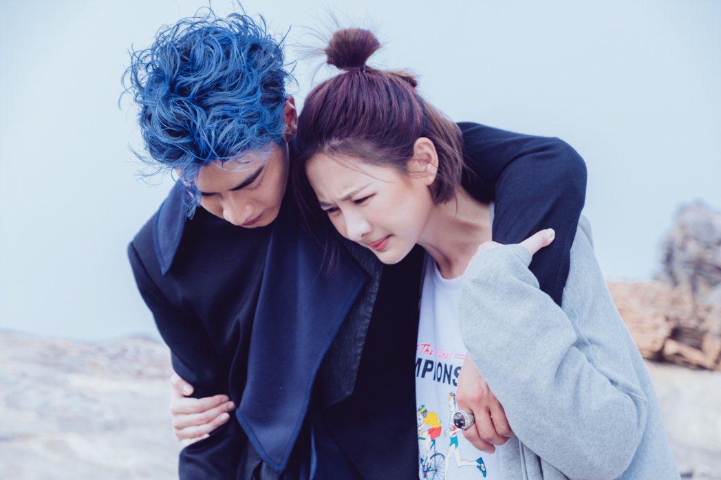 安心亞(右)在「墜愛」戲中,一場海邊戲救起昏迷的宋柏緯。圖/歐銻銻娛樂提供