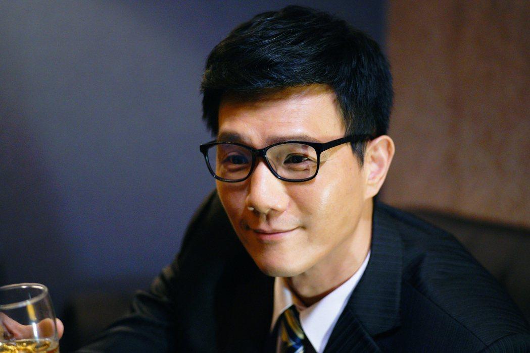 蔣偉文在「國際橋牌社」中飾演政壇新秀。圖/friDay影音提供