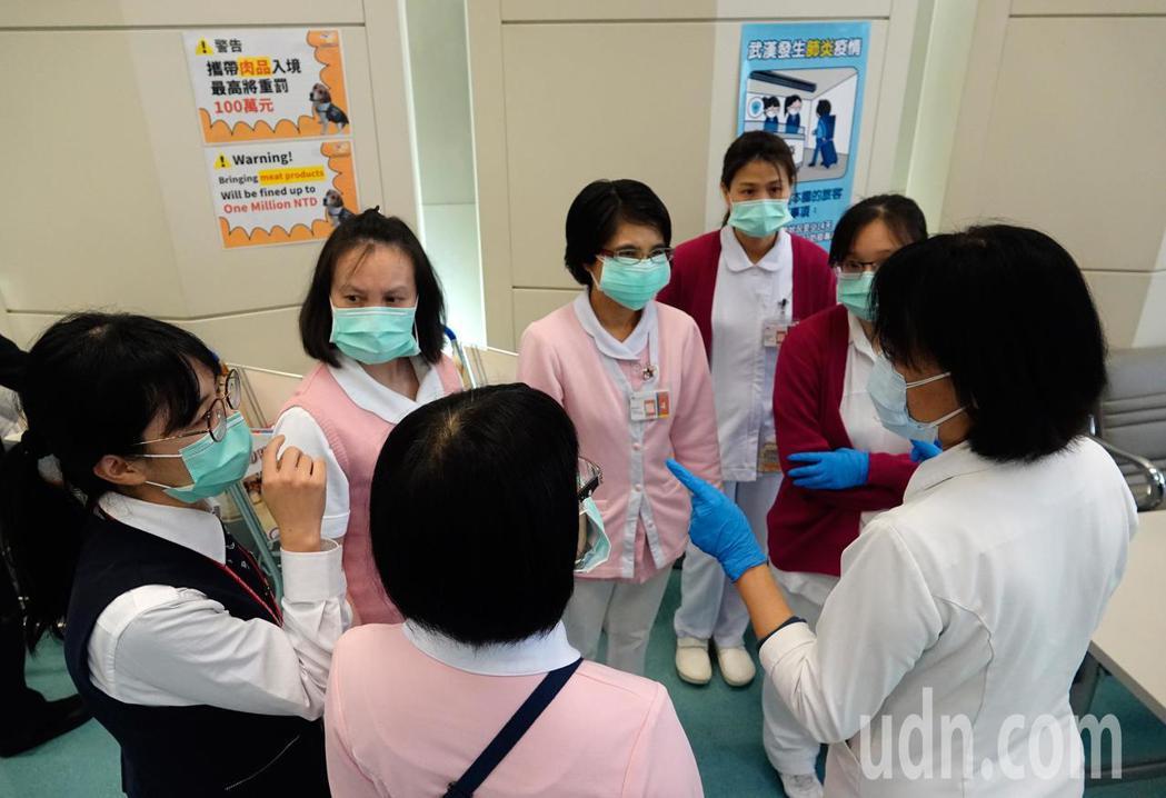 武漢肺炎疫情沒有降溫的跡象,桃園機場針對來自中、港、澳的班機的旅客執行檢疫工作,...