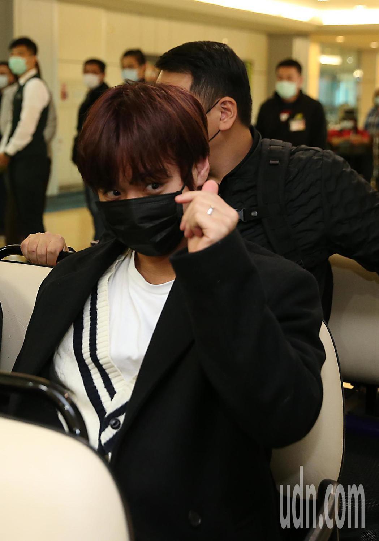 韓團「Wanna One」前成員朴志訓下午抵台,他向粉絲比出小愛心致意。記者鄭超...
