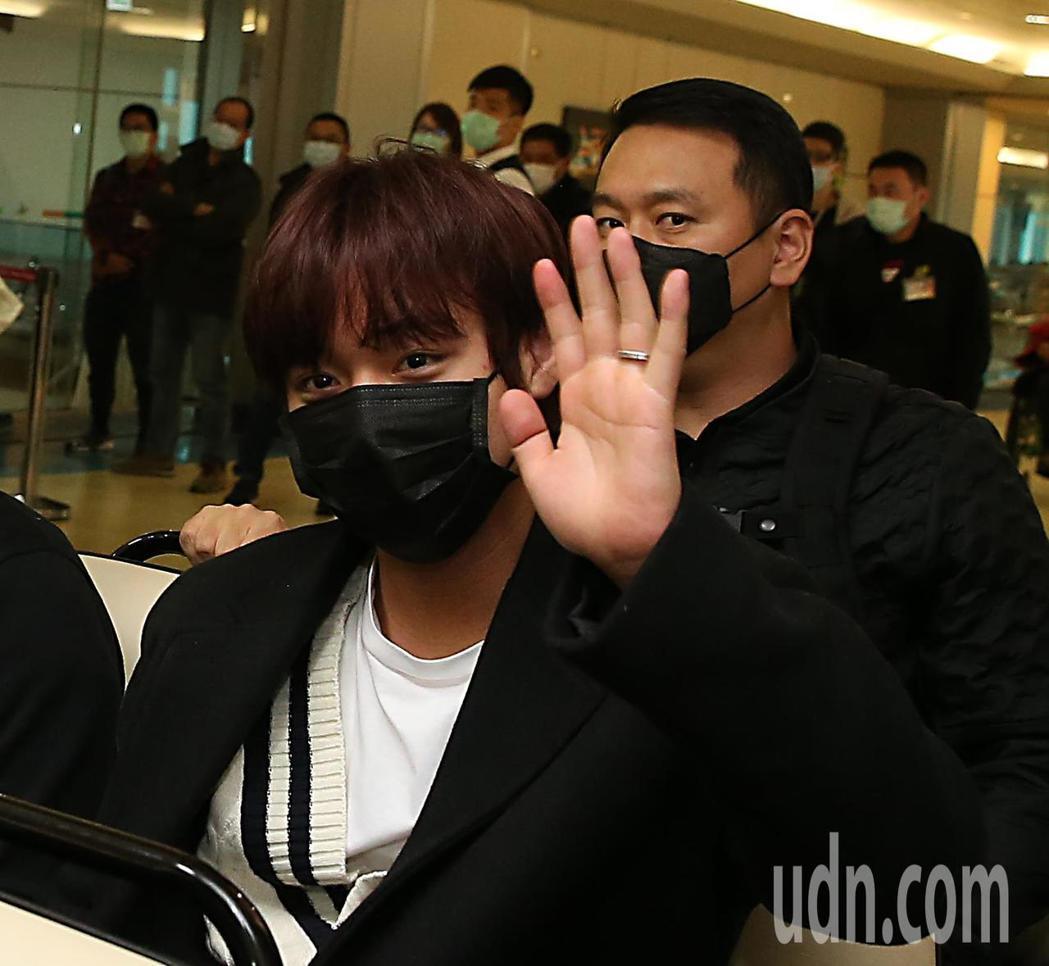 韓團「Wanna One」前成員朴志訓下午抵台,他搭乘商務中心的車輛離去時,不忘...