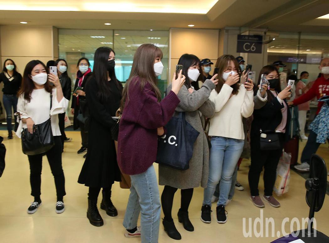 韓團「Wanna One」前成員朴志訓下午抵台,大批粉絲在管制區內接機。記者鄭超...