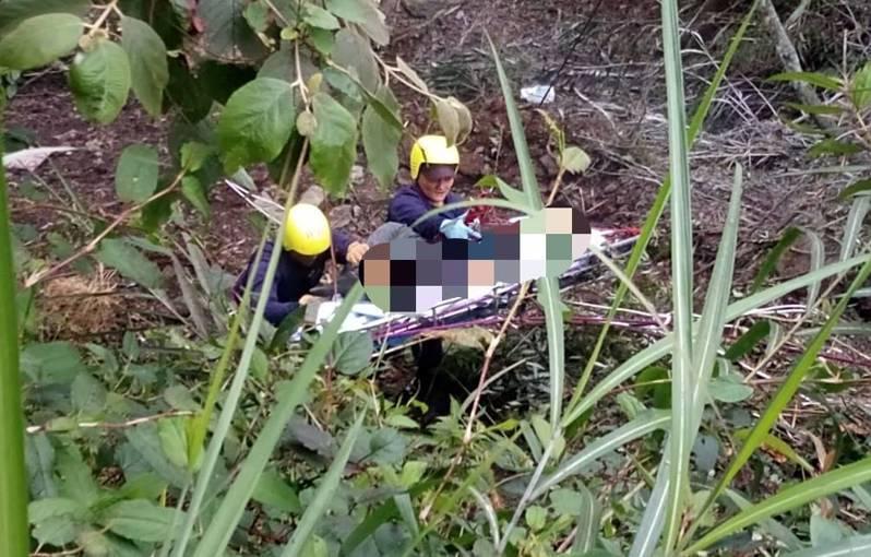 救難人員利用繩索下切約10公尺處,發現王姓司機無生命徵象明顯死亡。圖/關山警分局提供