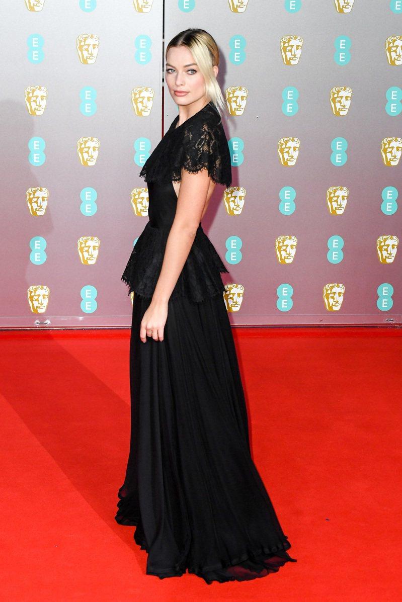 近期有多數電影受到高度注目的超人氣女星瑪格羅比(Margot Robbie),出席第73屆英國電影學院獎時穿戴了香奈兒 2020春夏高級訂製服系列與香奈兒高級珠寶。圖╱CHANEL提供。