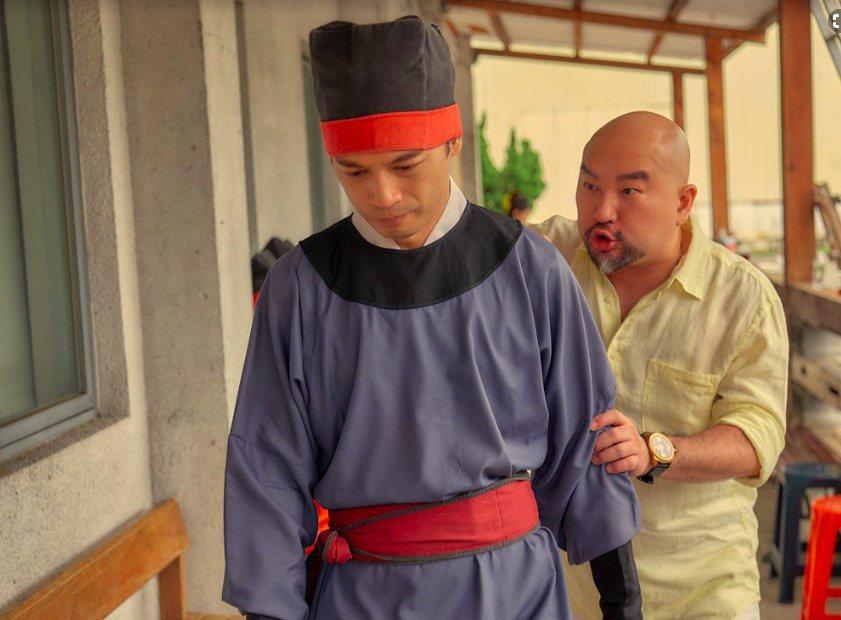阿KEN在「練愛iNG」中常受到辛龍飾演的頂頭上司欺負。圖/藝起娛樂提供