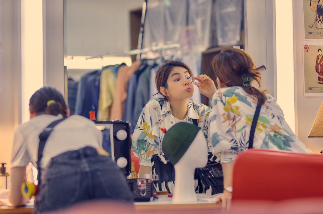 ELLA在「練愛iNG」飾演化妝師。圖/藝起娛樂提供