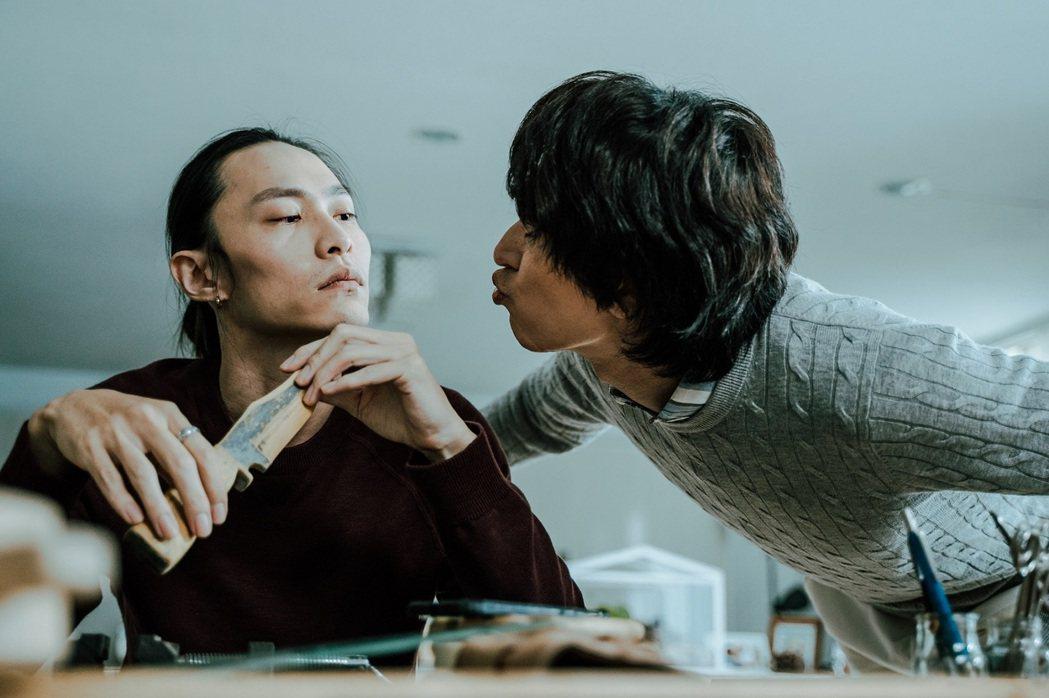 邵翔(右)、田士廣(左)在 「偷一段幸福」裡面扮演一對熱戀同志情侶。圖/杰德提供