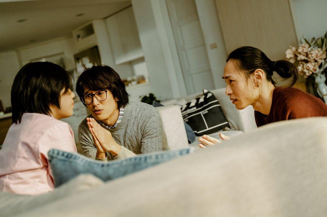 邵翔(左)與田士廣(右)飾演的男同志情侶與女學生談條件,牽扯出一段求子風波。圖/...