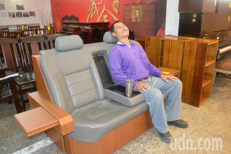 台南市環保局藏金閣木工師傅把回收來汽車座椅,改造成沙發椅。記者鄭惠仁/攝影