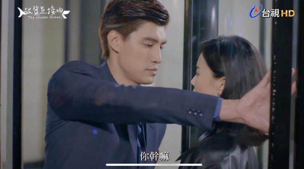 羅宏正(左)、鍾瑶拍攝「跟鯊魚接吻」旋轉門親密接觸一幕。圖/截自youtube