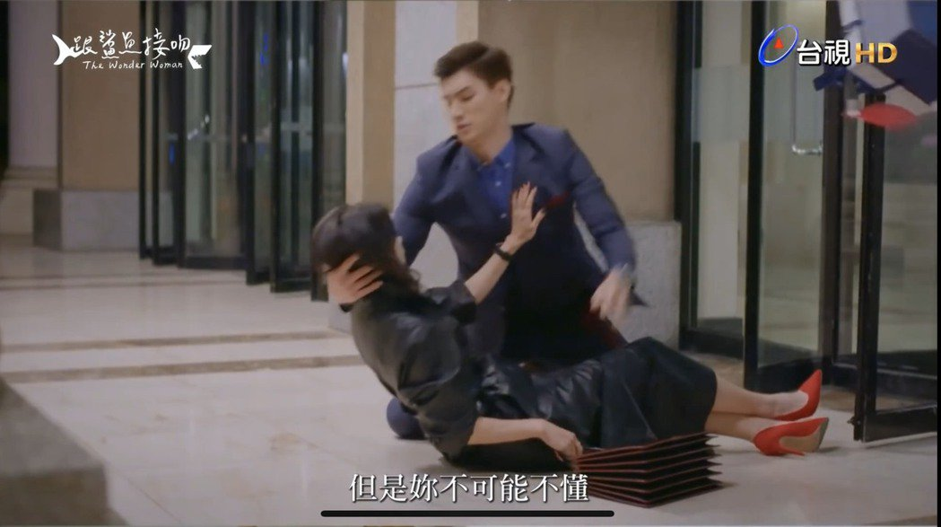 鍾瑶在「跟鯊魚接吻」戲中差點跌倒,羅宏正急忙抱住她。圖/截自youtube