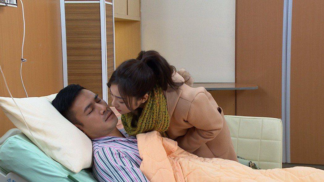 邱子芯(右)在「多情城市」戲中,為表明心意親吻傅子純。圖/民視提供
