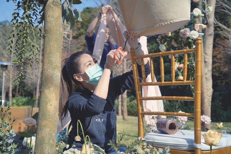林韋君製作花藝。圖/摘自臉書
