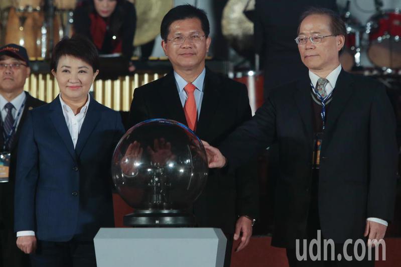 2020台灣燈會今晚在后里花博森林園區舉行試燈,交通部長林佳龍(中)、台中市長盧秀燕(左)與中華電信董事長謝繼茂(右)一起出席啟動儀式。記者黃仲裕/攝影