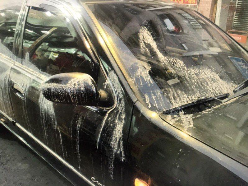 徐姓男子愛車遭不明液體潑灑,導致車頭引擎蓋、右側前門和後門有侵蝕痕跡。。記者陳弘逸/翻攝