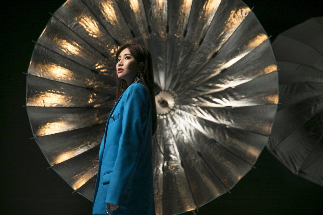 A-Lin新歌「旅.課」MV昨於YouTube舉行首播,她也特別上線和粉絲一起觀...
