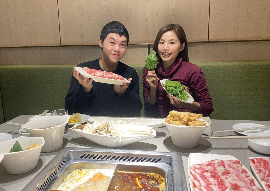 出身選秀節目「超級偶像」的吳汶芳(右)與曾昱嘉在唱片公司「再續前緣」。圖/福茂唱...