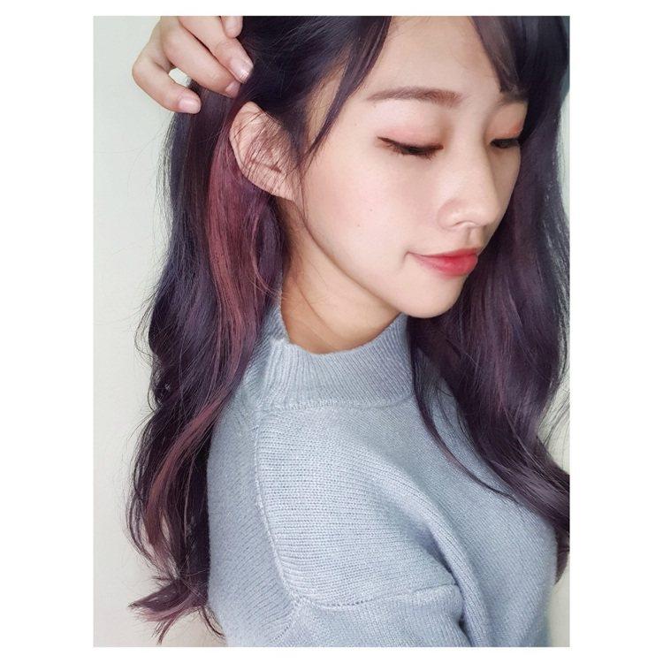 溫柔清純的半糖能量系女孩適合浪漫長捲髮,「絕對領域耳圈染」在撩髮時加倍迷人。圖/...