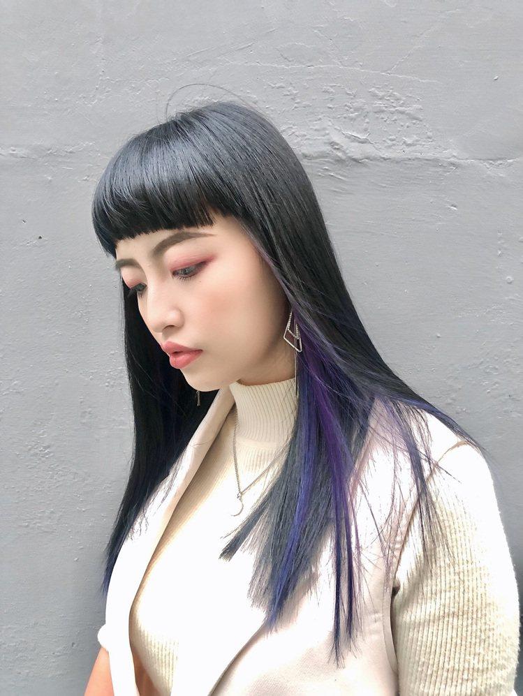 忠於做自己的暗黑系酷帥女孩,不妨用藍色、紫色展現更加率性的「絕對領域耳圈染」。圖...