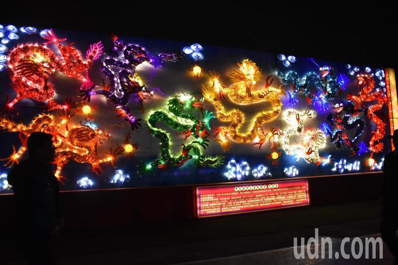 先嗇宮的九龍壁被做成花燈,還會舞動、噴煙,栩栩如生。記者江婉儀/攝影
