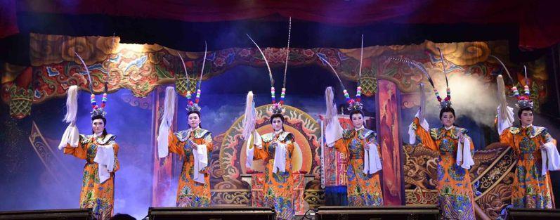 明華園戲劇總團7日晚間在高雄燈會藝術節演出精彩的「劍神呂洞賓」。圖/高雄市觀光局提供