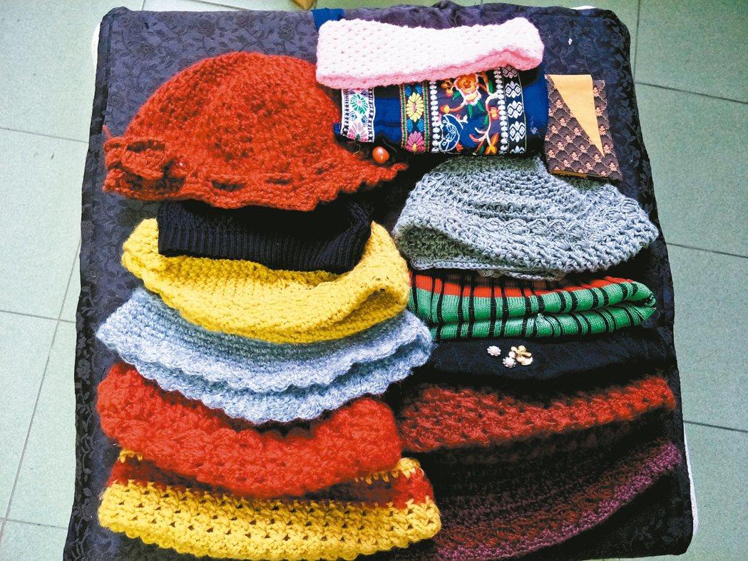 衣櫃抽屜裡有許多毛線帽、圍巾和拼布包包,都是母親手工編織和縫製的。 圖/吳芳枝提...