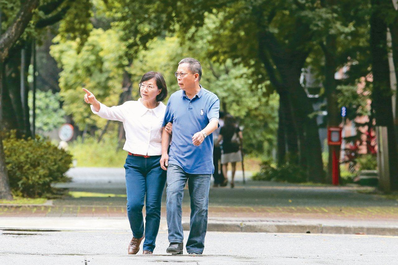 鄭丞傑(右)、王麗容在醫療與學術圈是重量級人物,但私底下仍經常如學生情侶般優游於...
