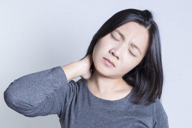 頸部肌肉僵硬示意圖。 圖/123RF