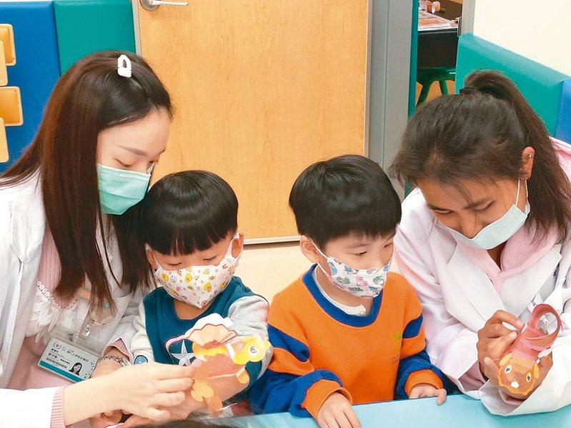 組裝元宵提燈,可訓練早療兒童認知功能。 圖╱輔大醫院提供