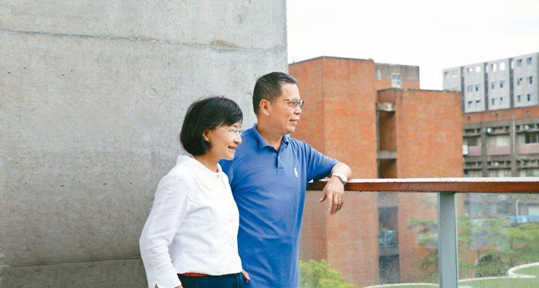 王麗容(左)對台大校園角落如數家珍,還當起了鄭丞傑的導覽。 圖╱許正宏攝影